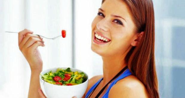 mulher-comendo-salada-620x330